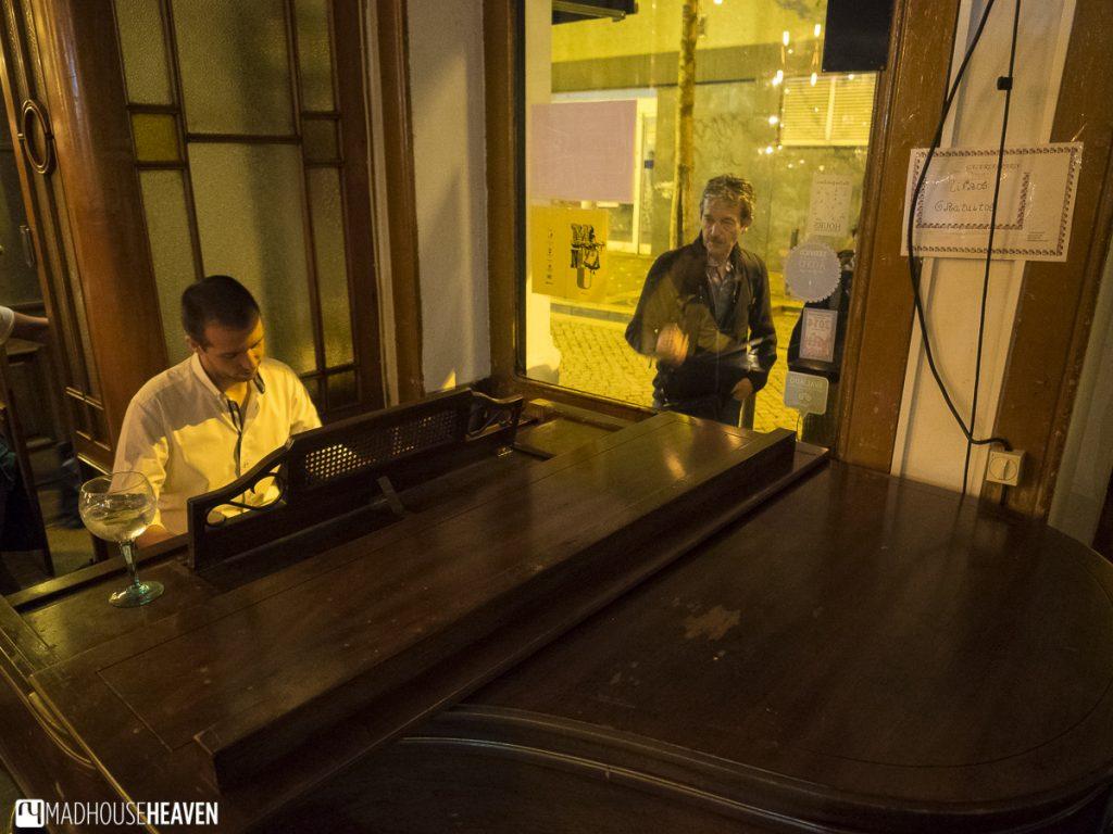 Live piano music at Galeria de Paris, Porto Where to Eat and Drink